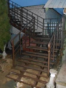 Лестничный марш на второй этаж с ограждениями в дер. Заволенье