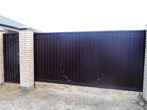 Автоматические откатные кованые ворота и кованая калитка в дер. Заволенье