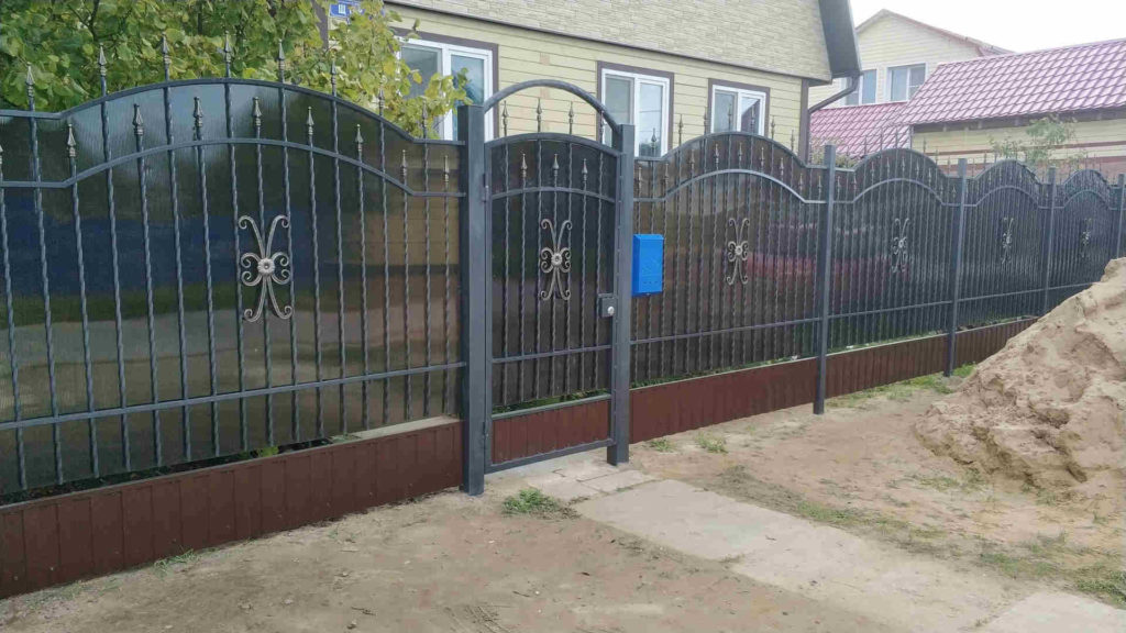Забор кованый из поликарбоната